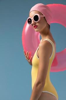 Retrato de mujer joven en traje de baño en el estudio