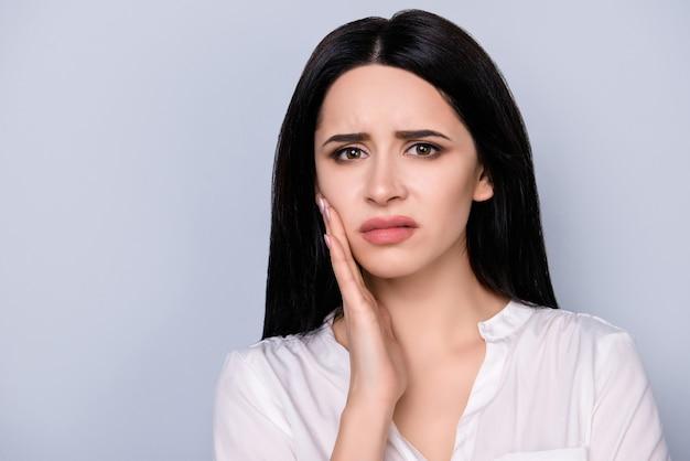 Retrato de mujer joven triste infeliz con fuerte dolor de muelas