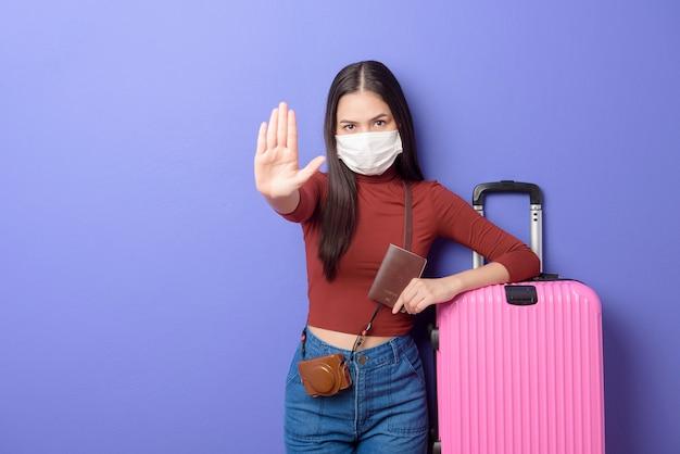 Retrato de mujer joven viajero con mascarilla, nuevo concepto de viaje normal