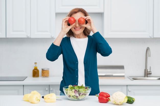 Retrato de mujer jugando con verduras