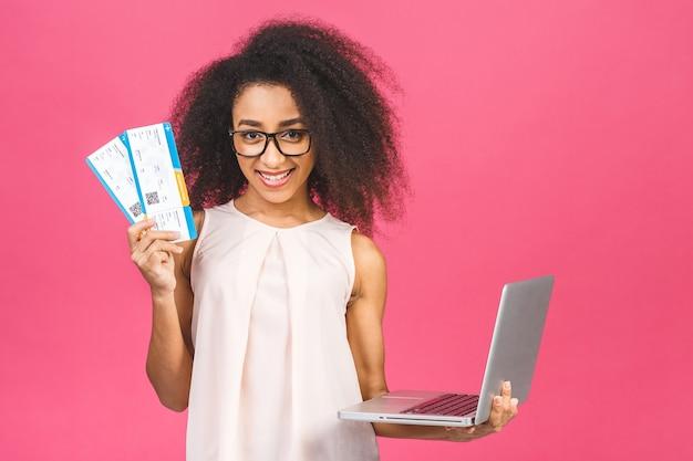 Retrato de mujer con laptop y billetes de avión