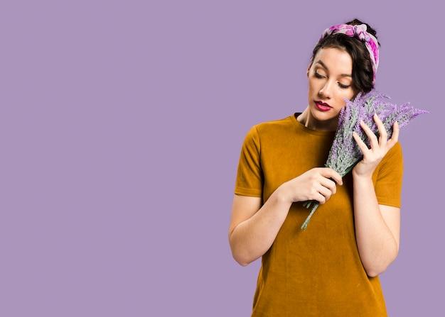 Retrato de mujer y lavanda con copia espacio fondo violeta