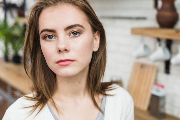 Retrato de una mujer lesbiana mirando a cámara