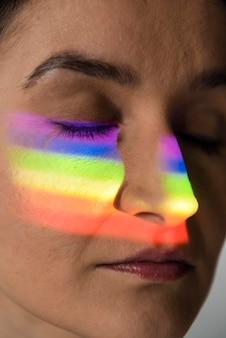 Retrato de mujer lgbt con símbolo de arco iris