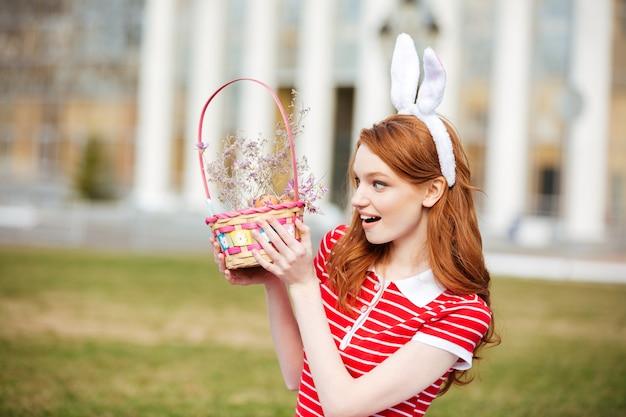 Retrato de una mujer linda cabeza roja en orejas de conejo