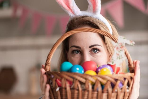 Retrato de mujer linda con orejas de conejo