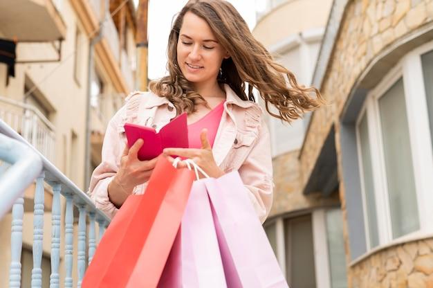 Retrato de mujer llevando bolsas de compras
