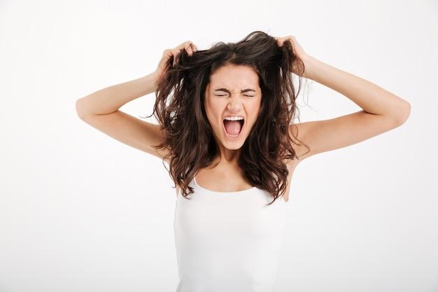 Retrato de una mujer loca vestida con una camiseta sin mangas
