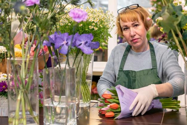 Retrato de mujer madura con flores