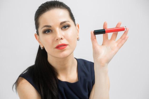 Retrato de mujer maquilladora con cosmética