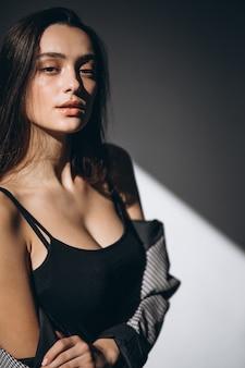 Retrato de una mujer con maquillaje nude