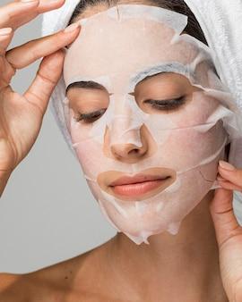 Retrato de mujer con máscara de belleza facial