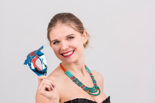 Retrato de mujer con máscara de carnaval