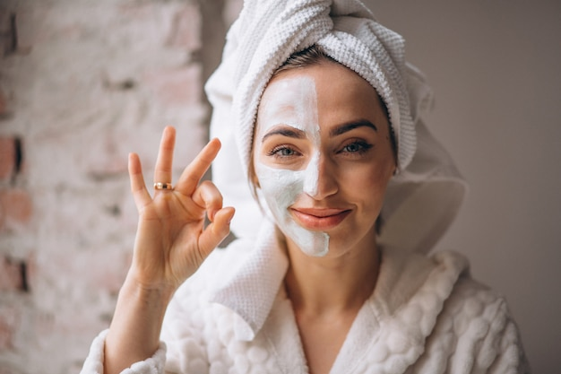 Retrato de una mujer con una máscara facial media cara
