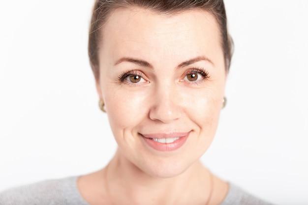 Retrato de mujer mayor o de mediana edad sonriendo