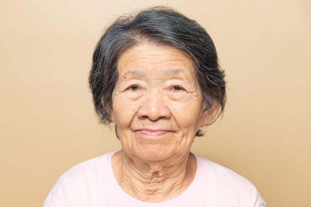 Retrato de mujer mayor del sudeste asiático.