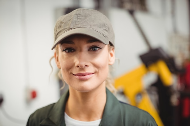 Retrato de mujer mecánico en taller de reparación