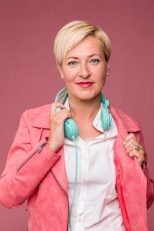 Retrato de mujer de media edad con auriculares