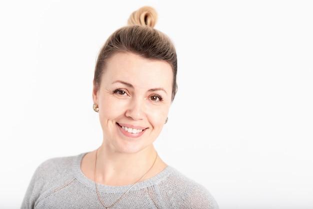 Retrato de mujer de mediana edad atractiva y sonriente