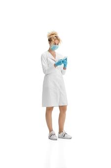 Retrato de mujer médico enfermera o cosmetóloga en uniforme blanco y guantes azules sobre blanco