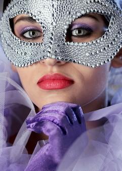 Retrato de mujer misteriosa con máscara de carnaval