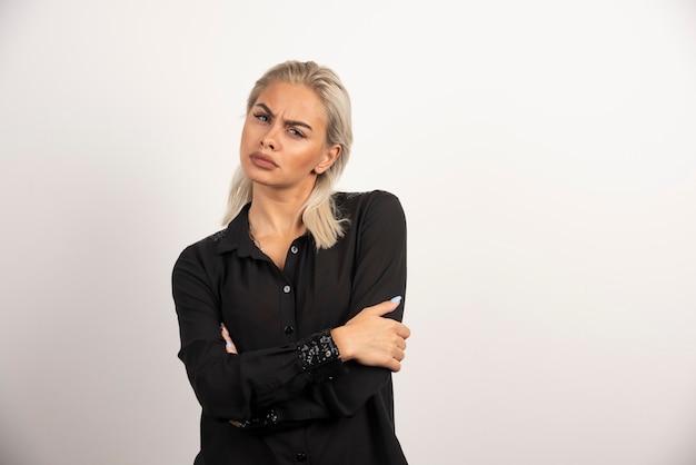 Retrato de mujer de moda en camisa negra posando sobre fondo blanco. foto de alta calidad