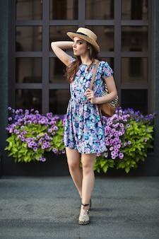El retrato de mujer de moda de joven bonita moda posando en la ciudad de europa