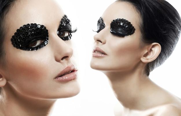 Retrato de mujer de moda modelo con maquillaje brillante de belleza
