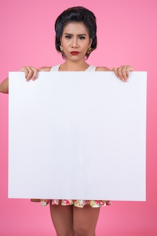 Retrato de mujer de moda mostrando la bandera blanca