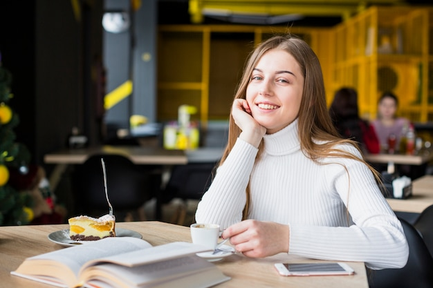 Retrato de mujer moderna en cafetería