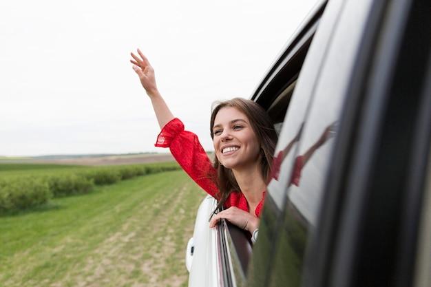Retrato mujer montando coche