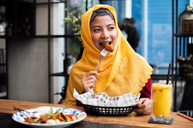 Retrato de mujer musulmana joven en cafetería