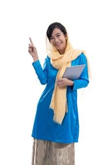 Retrato de mujer musulmana pensando y mirando hacia arriba apuntando a copyspace