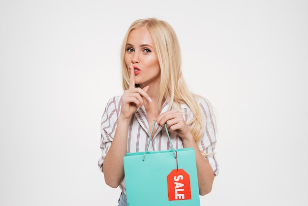 Retrato de una mujer muy juguetona con bolsa de compras