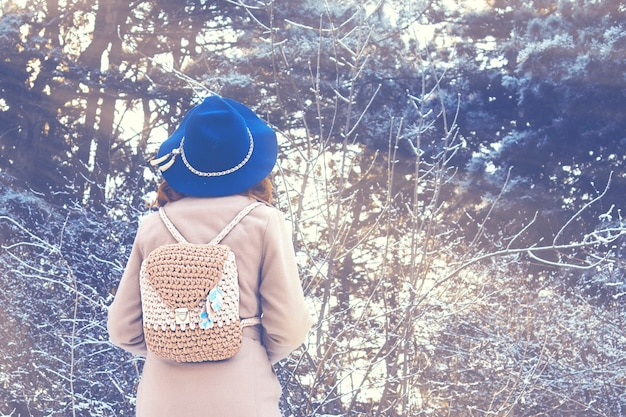 Retrato de una mujer en la naturaleza en un día de invierno.