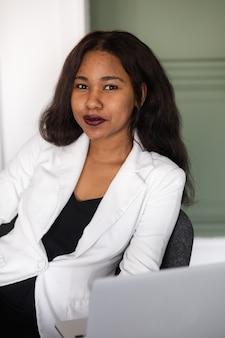 Retrato de mujer de negocios afroamericana en la oficina mujer negra en traje de negocios