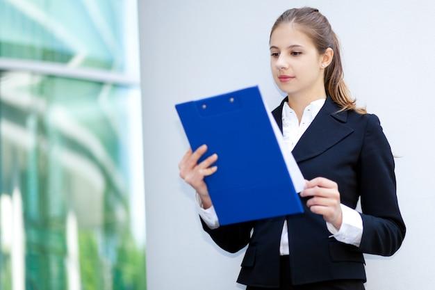 Retrato de mujer de negocios al aire libre