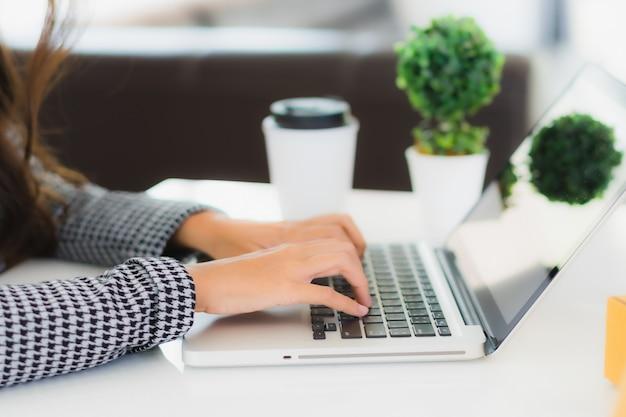 Retrato mujer de negocios asiática joven hermosa trabajar desde casa con ordenador portátil