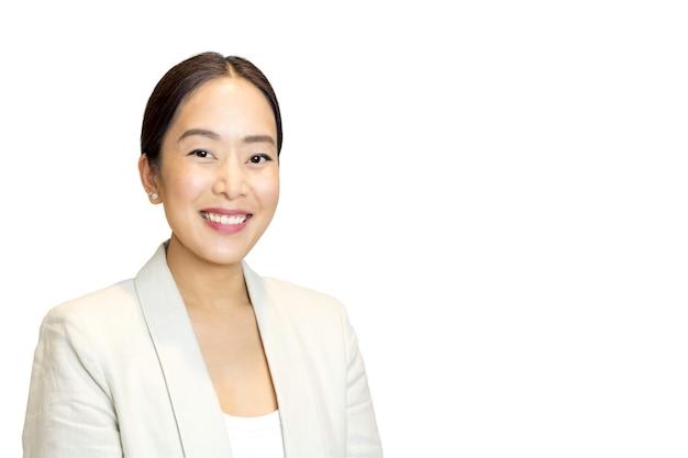 Retrato de mujer de negocios asiática sonriendo aislado
