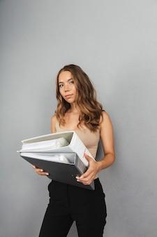 Retrato de una mujer de negocios bastante joven