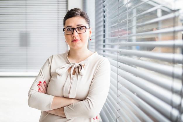 Retrato de una mujer de negocios con los brazos cruzados