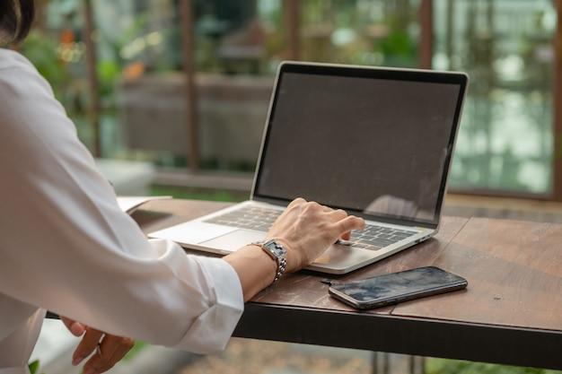 Retrato, de, mujer de negocios, en, un, café, utilizar, un, laptop