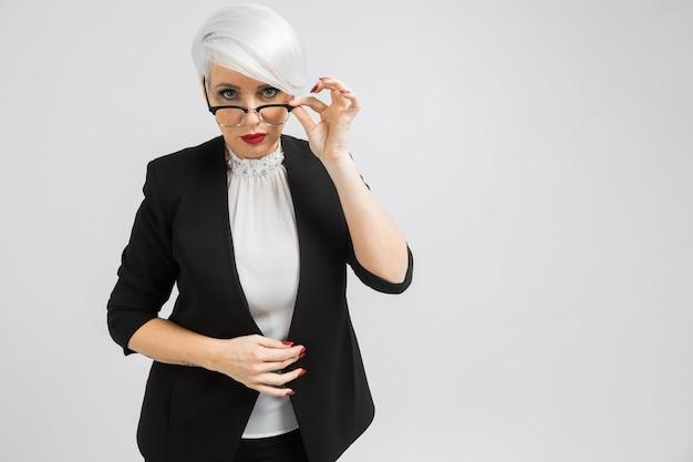 Retrato de una mujer de negocios confía en un estricto traje aislado