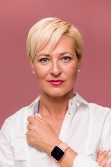 Retrato de mujer de negocios de edad media