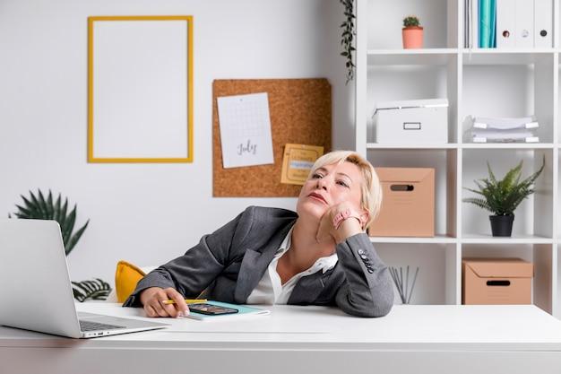 Retrato de mujer de negocios en escritorio