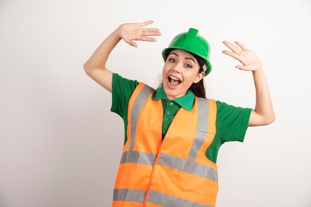 Retrato de mujer de negocios feliz en casco de constructor. foto de alta calidad