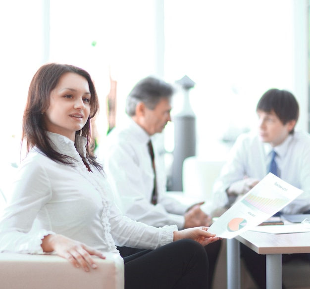 Retrato de mujer de negocios en el fondo de sus colegas.foto con espacio de copia
