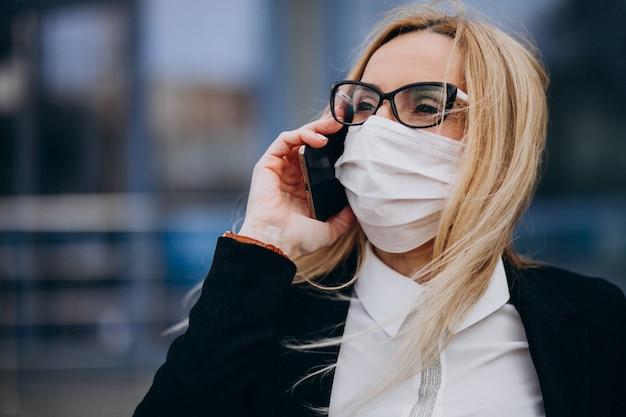Retrato de mujer de negocios hablando por teléfono