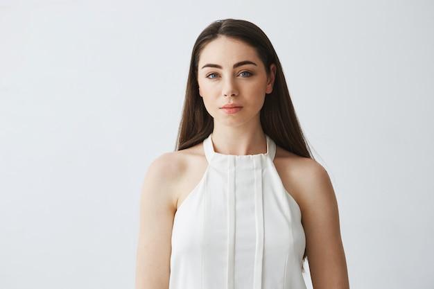 Retrato de mujer de negocios hermosa en blusa.