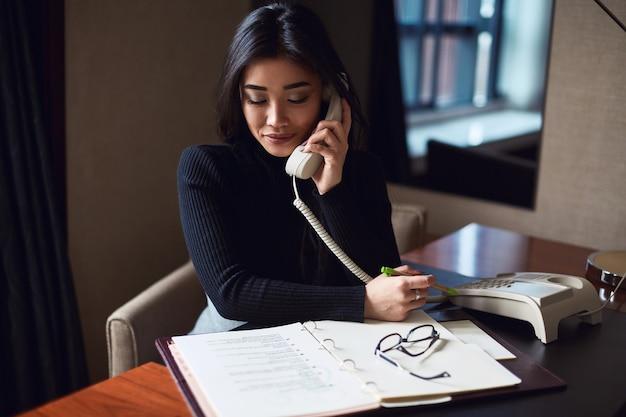 Retrato de mujer de negocios hermosa elegante en gafas